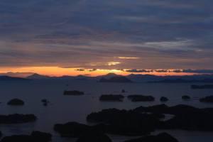 Panorama au coucher du soleil sur 99 îles.