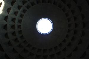 Lumière naturelle au centre du Panthéon