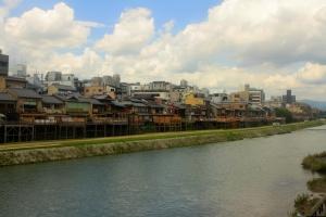 rue Pontocho donnant sur le fleuve Kamo-gawa